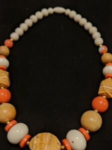 Vintage-Gold-Tone-White-Peach-Coral-Pink-Wood-Bead-Statement-Necklace
