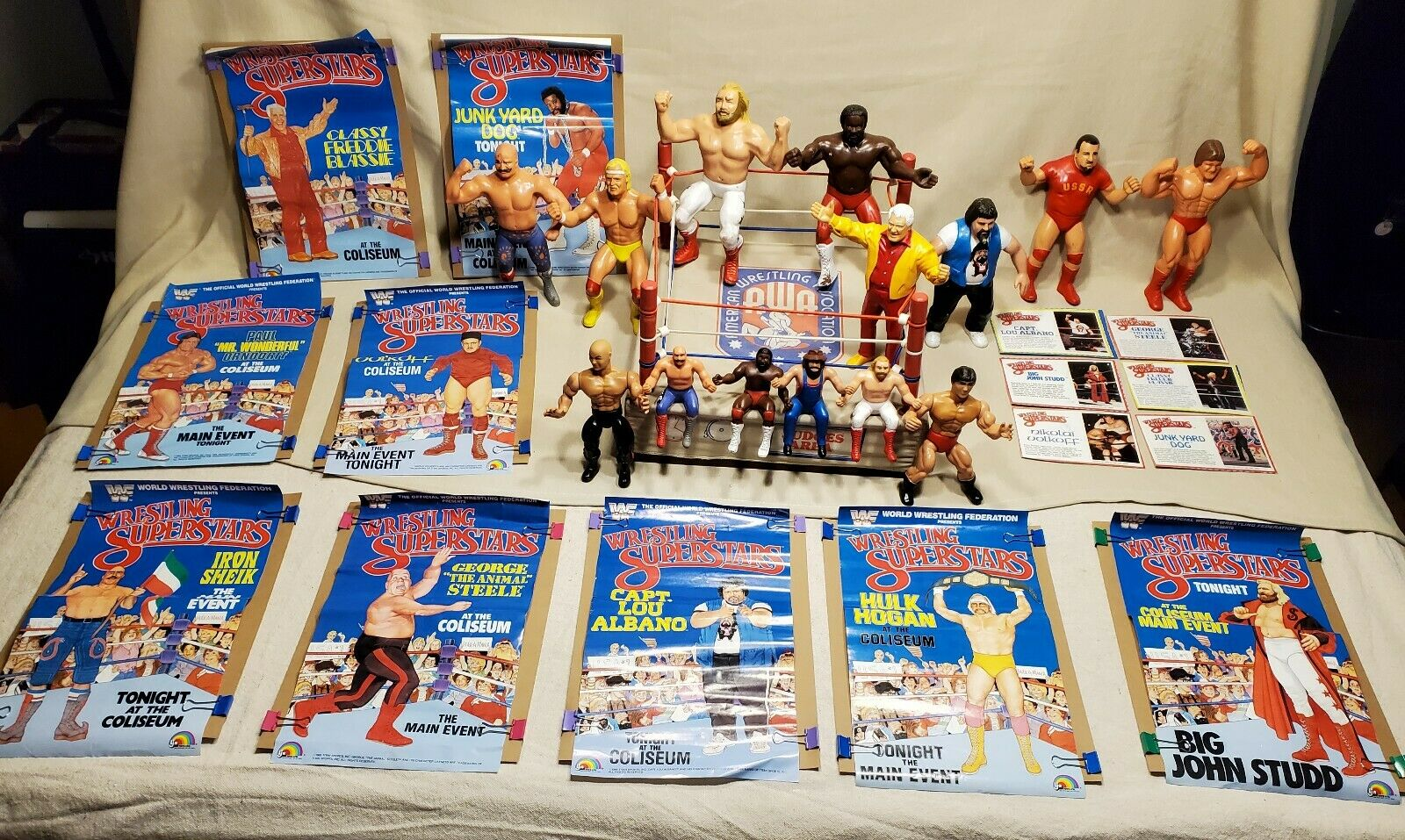 1985 AWA WWF Remco, Titan, lot. 14 figurine wrestlers, 9 posters, Fighting Ring