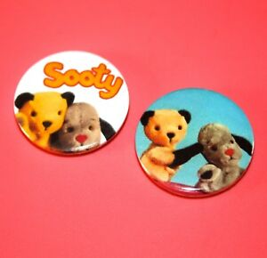 SET OF 2 SOOTY AND SWEEP CHILDRENS TV INSPIRED BUTTON PIN BADGE