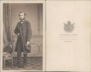 Eugene-Toulon-Homme-en-pose-tenant-une-casquette-circa-1865-CDV-vintage-album