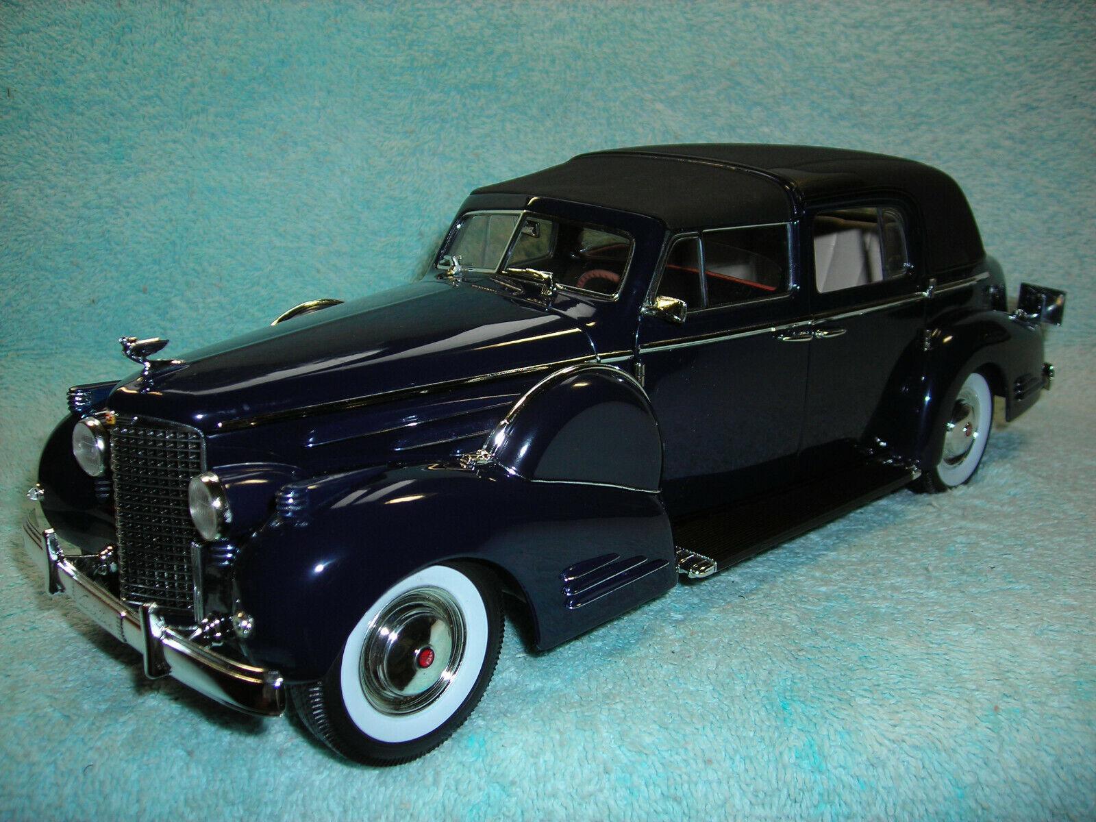 1 18 SCALE 1938 CADILLAC FLEETWOOD TOWN CAR V-16 IN DARK Blau BY SIGNATURE.