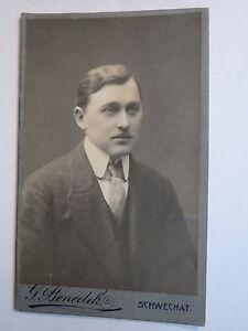 Schwechat-Mann-im-Anzug-Portrait-CDV