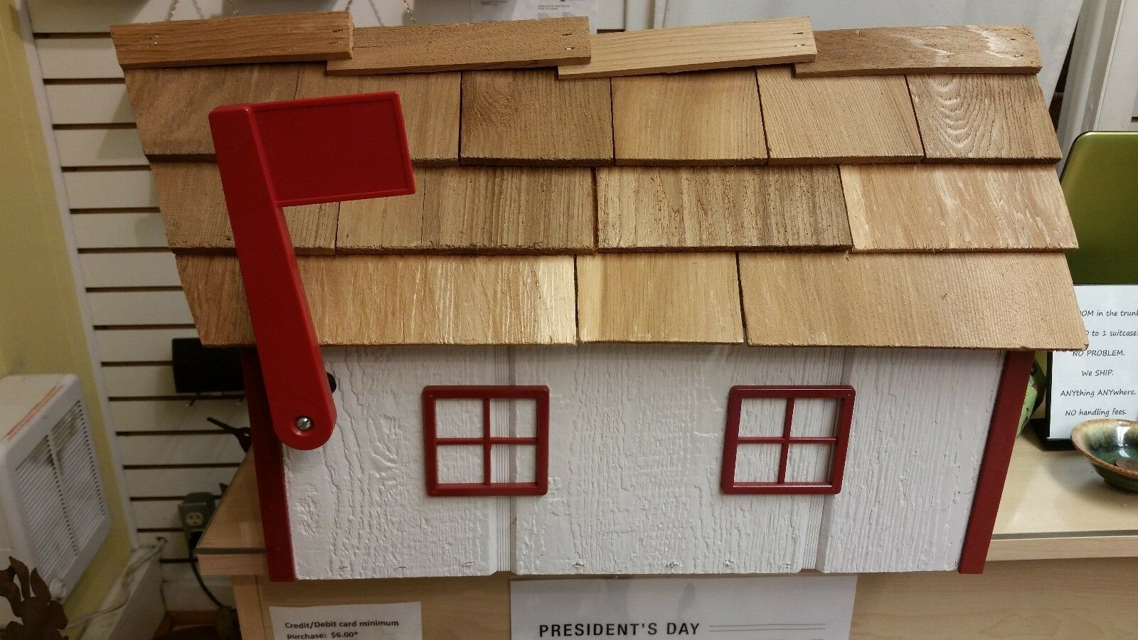 Amish Crated Barn Style Mailbox (Weiß with rot Trim) - Lancaster Cnty Made