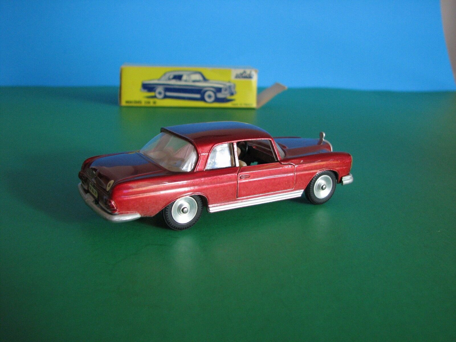 SOLIDO  126, Candy Apple rouge MERCEDES 220SE, échelle 1 43 DIECAST, made in France