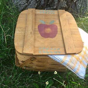 VNTG Basketville Woven Picnic Basket Apple Stenciled Lid Cottage Chic Tablecloth