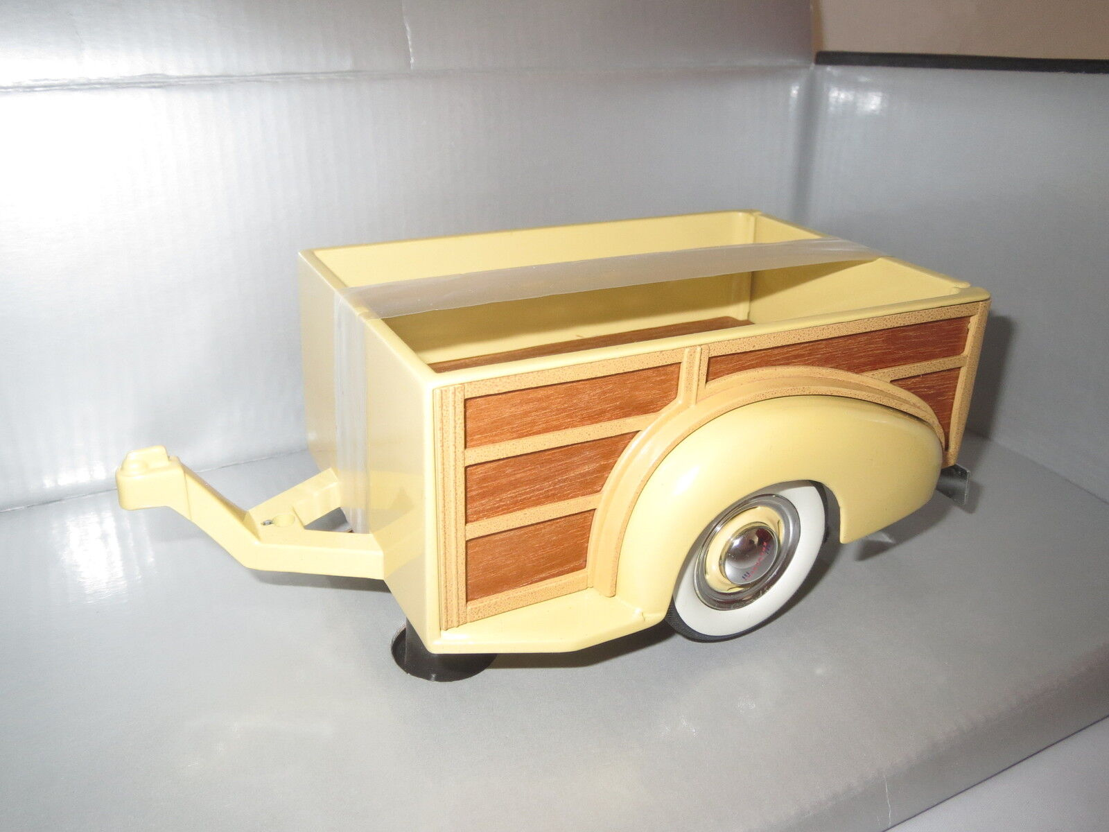 Motor City Classics   1939  Chevy Master Deluxe Trailer (yellow brown)  1 18 OVP