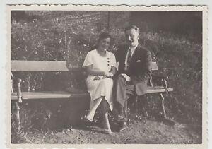 (f25478) Orig. Photo Couple Est Assis Sur Un Banc 1933-afficher Le Titre D'origine Emballage De Marque NomméE