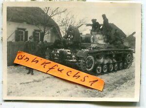 Foto : Deut. Panzer mit Winter-Tarnanstrich im Dorf Prischib / Ukraine im 2.WK