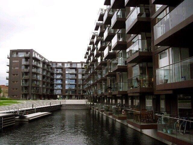 Frederikskaj: Sydvendt altan svævende over vandet