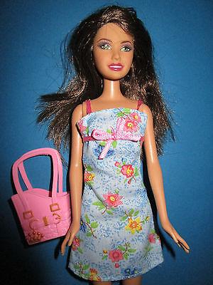 B301-brune Barbie Mattel 2003 In Estate Abito + Borsa Con Piedi Naturali-sche Mit NatÜrlichen FÜssen It-it Mostra Il Titolo Originale