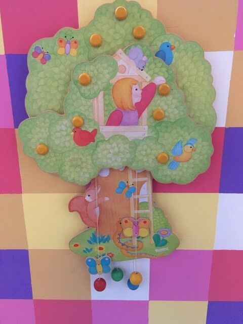 Tolles Kinderzimmer Wand Bild Made in Germany Baum mit Bewohner NEU | Realistisch