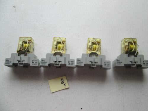 237-1 LOT OF 4 FRESH TAKEOUT IDEC RELAY DC24V W// RELAY BASE SH2B-05 10A 300V