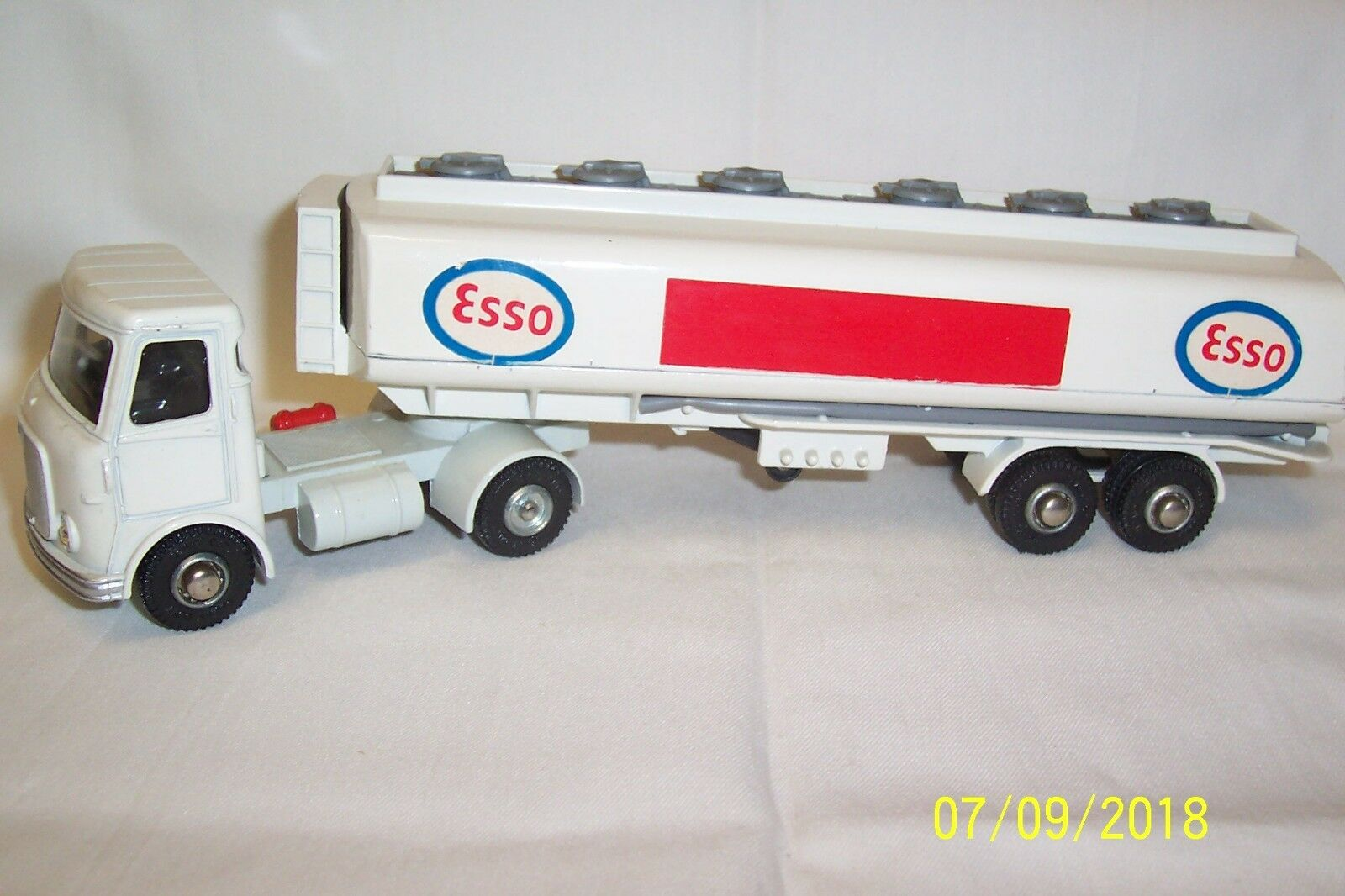 Dinky Toys-Corgi-Matchbox-A.E.C. FUEL TANKER ESSO-numéro 945  en boîte
