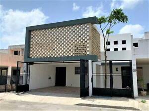 Residencia Amueblada en Privada Hacienda Xcumpich, Con Parque Central, Zona Segura