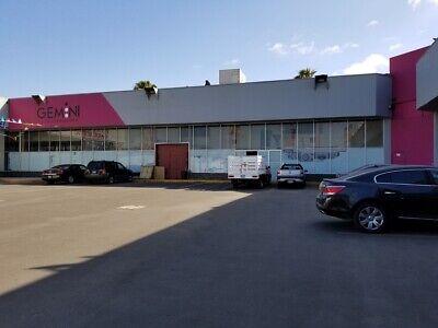 En renta local grande / Plaza comercial en la Mesa Tijuana.