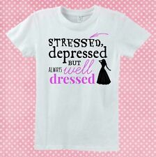 """T-shirt """"Stressed, depressed but always well dressed"""" fashion, scegli il colore!"""