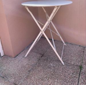 Jolie blanche table de jardin
