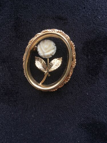 Vintage Brooch Oval Twisted Rope Gold tone Frame M
