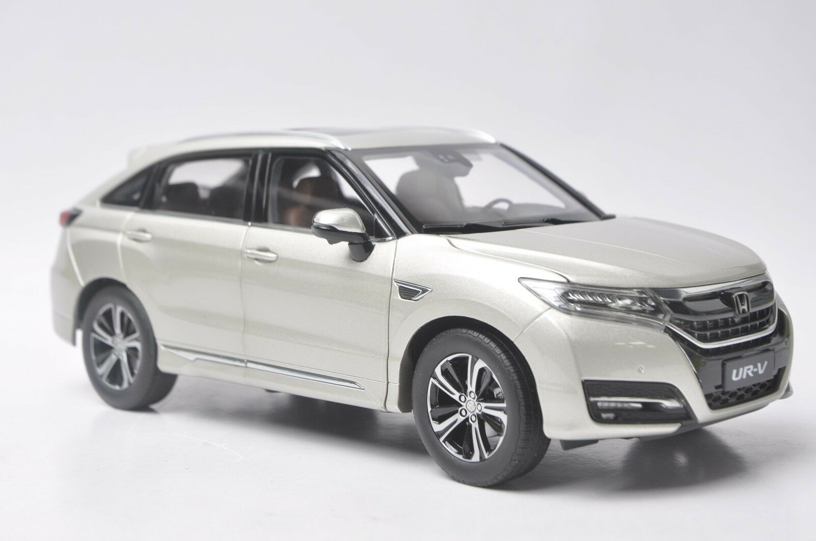Honda UR-V car model in scale 1 18 gold