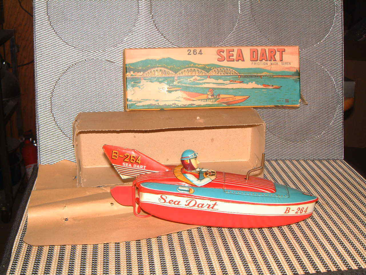 BANDAI NOS NOS NOS WIND-UP FRICTION DRIVEN SEA DART BOAT IN ORIGINAL BOX  NEVER USED  4aa02b