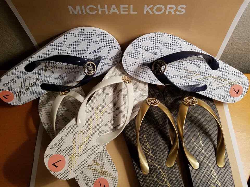 MICHAEL KORS VANILLA FLIP FLOPS WITH MK