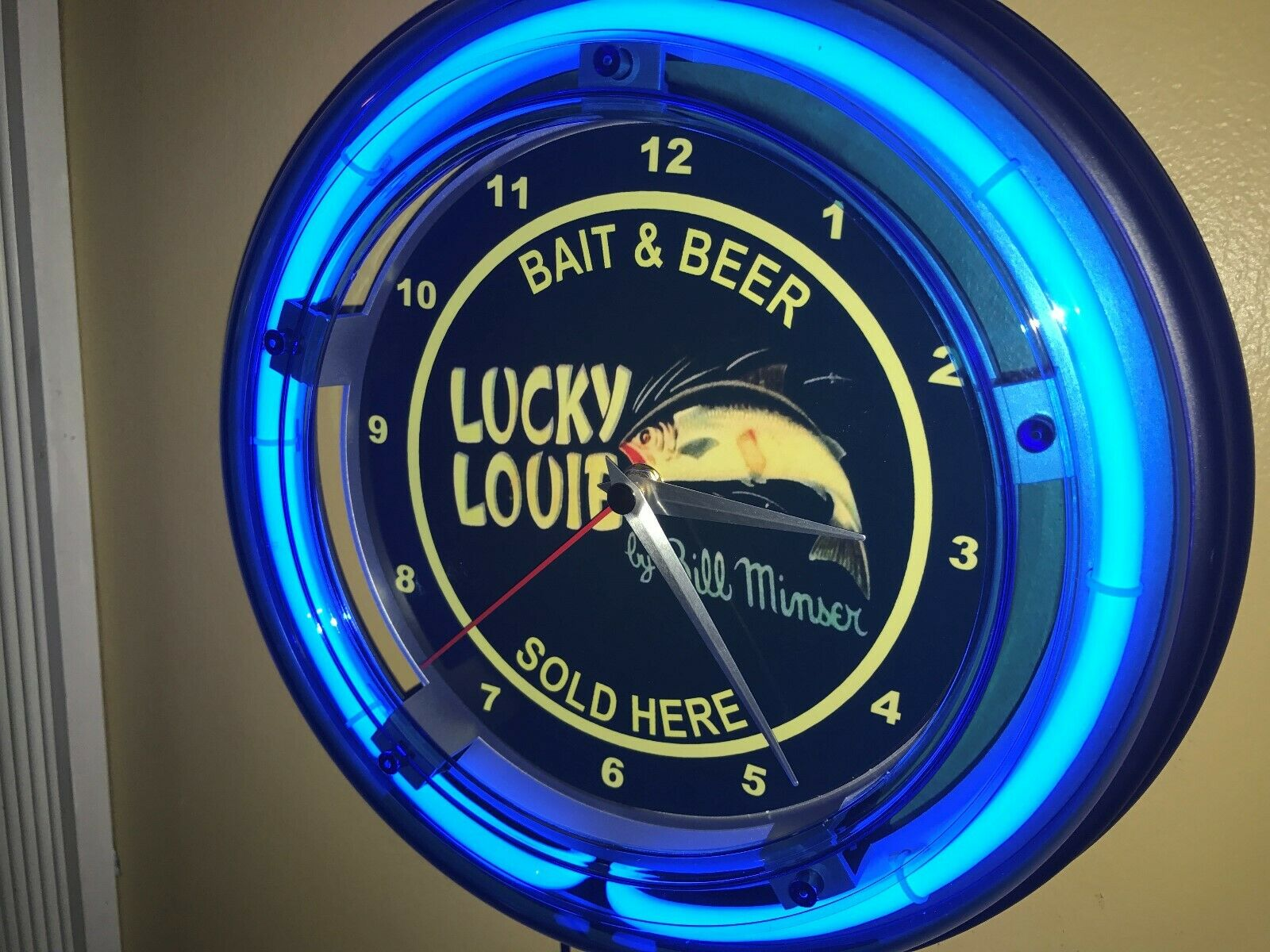 Lucky Louie Bill Minser Fishing Lure Man Cave Blau Neon Wall Clock Sign