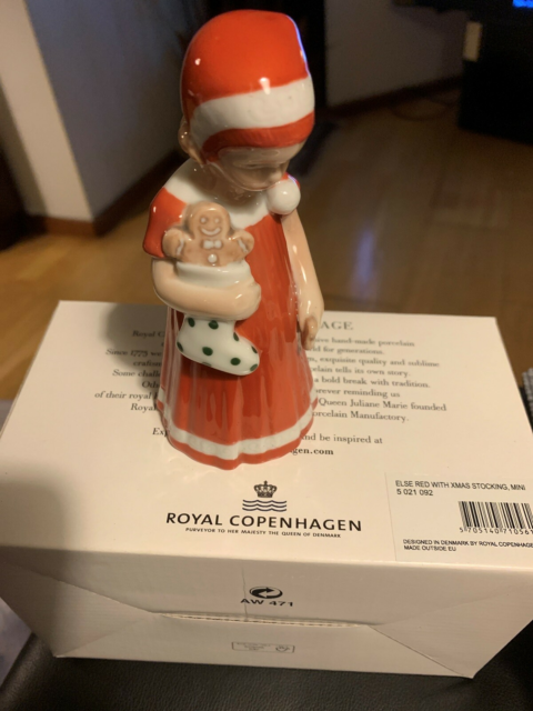 Royal ELSE MED RØD KJOLE OG SOK, Royal Copenhagen i…