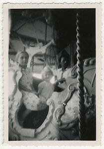 PHOTO-ANCIENNE-VINTAGE-SNAPSHOT-MANEGE-CARROSSE-ENFANT-MERRY-GO-ROUND
