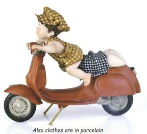 Statua bambino con Vesta Statuine Scooter e bimbo in porcellana Italiana figura