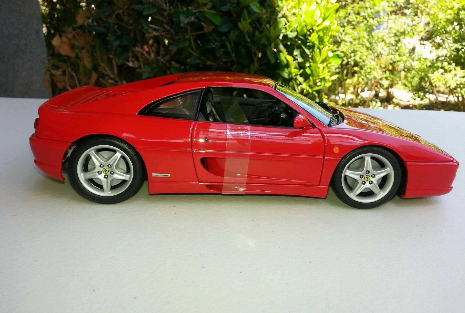 Diecast 1 18 car by UT Ferrari  F 355 in rot