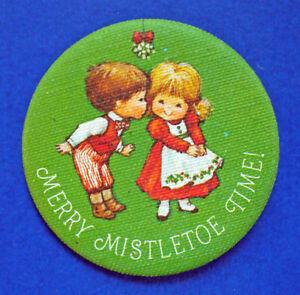 Hallmark-BUTTON-PIN-Christmas-Vintage-Mary-Hamilton-MISTLETOE-TIME-Holiday