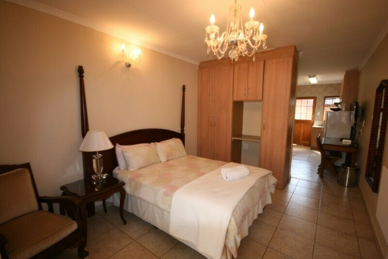 ,One bed roomed QUALITY , AFFORDABLE SELF-CATERING APARTMENTS IN FOURWAYS,   Johannesburg.