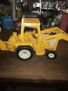 INTERNATIONAL-BACKHOE-AND-LOADER-TOY-TRACTOR-ERTYL-TOYS