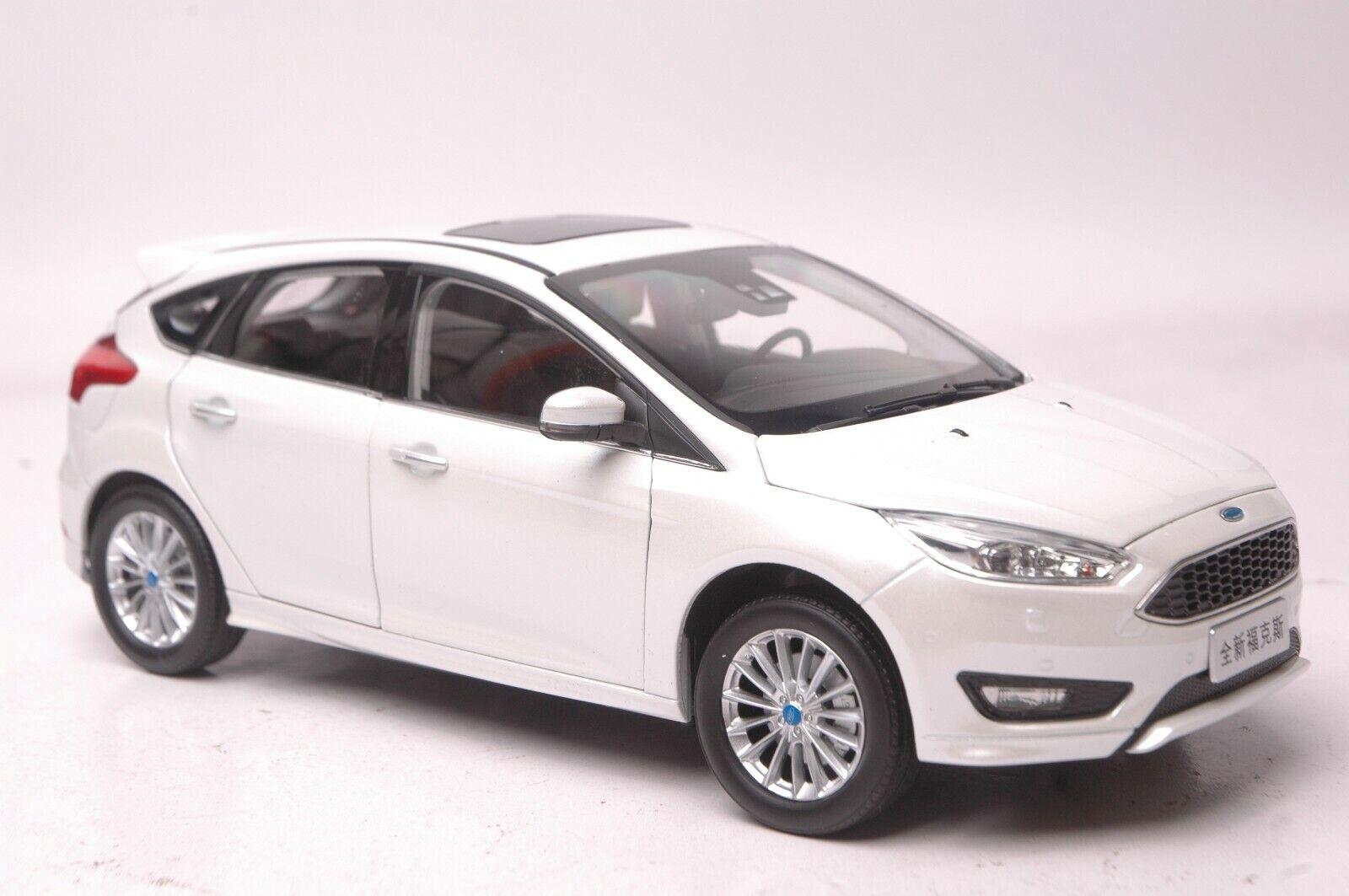 Ford Focus 2015 coche modelo en escala 1 18 blancoo