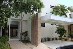 Casa en Venta de 4 Recámaras, Salón de TV, Aqua, Av.Huayacán, Cancún