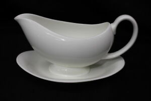 Wedgwood-034-White-034-Bone-China-8-034-Gravy-Boat-and-Attached-Underplate-England-MINT