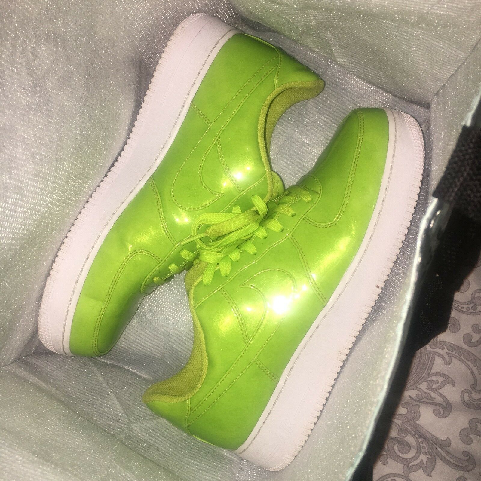 NIKE AIR FORCE 1 LOW PATENT LEATHER BRIGHT VOLT size 10.5