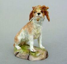 Meissen Miniatur Figur, sitzender Hund, Modell-No. E64, 19. Jahrhundert