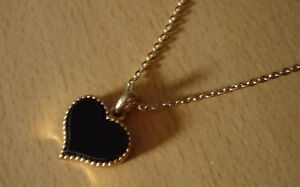 Goudkleurige-fijne-ketting-met-zwarte-hart-hanger-NIEUW