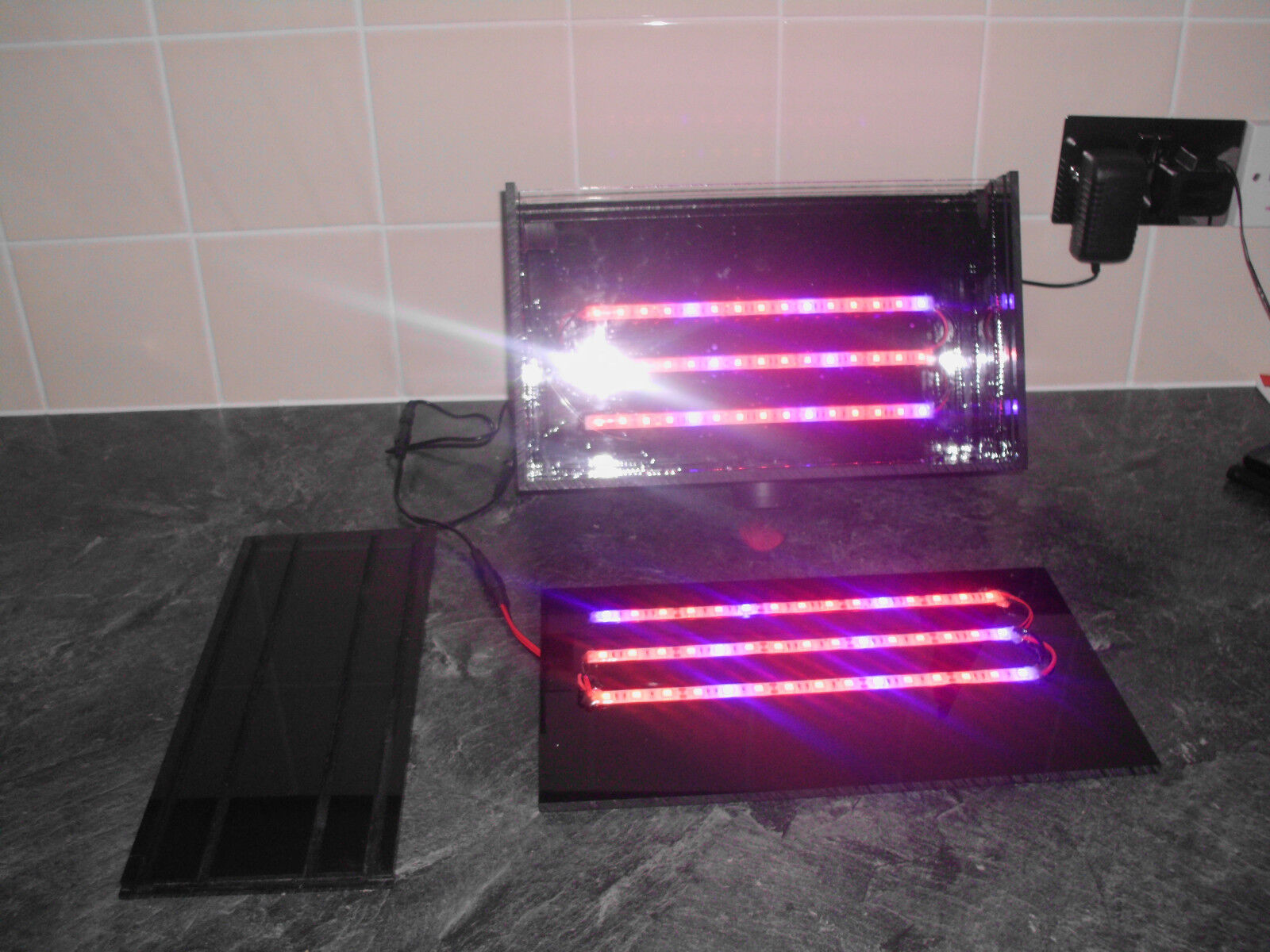 THE SEABREEZE ACU ALGAE SCRUBBER WITH RED & blueE GROW LIGHTS