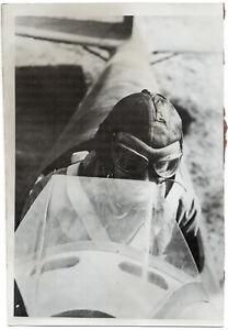 Pruefmeister-einer-Kampfgruppe-im-Klemmflugzeug-Orig-Pressephoto-von-1942