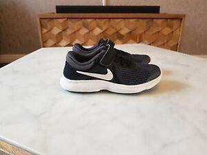 Nike-REVOLUTION-4-UK-12-Ragazzi-Scarpe-da-ginnastica-Black-Grey