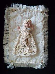 1/12 Scale Doll In Hand Knitted Baptême Blouse Et Soie Couverture, Neuf-afficher Le Titre D'origine