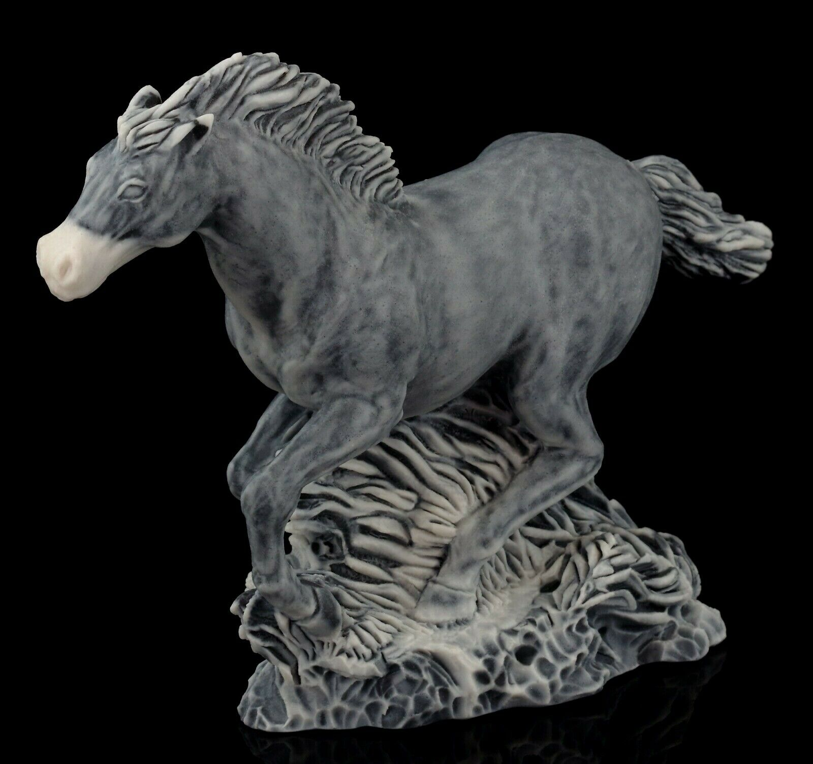 Figurine horse mustang  of the marble chips statuette