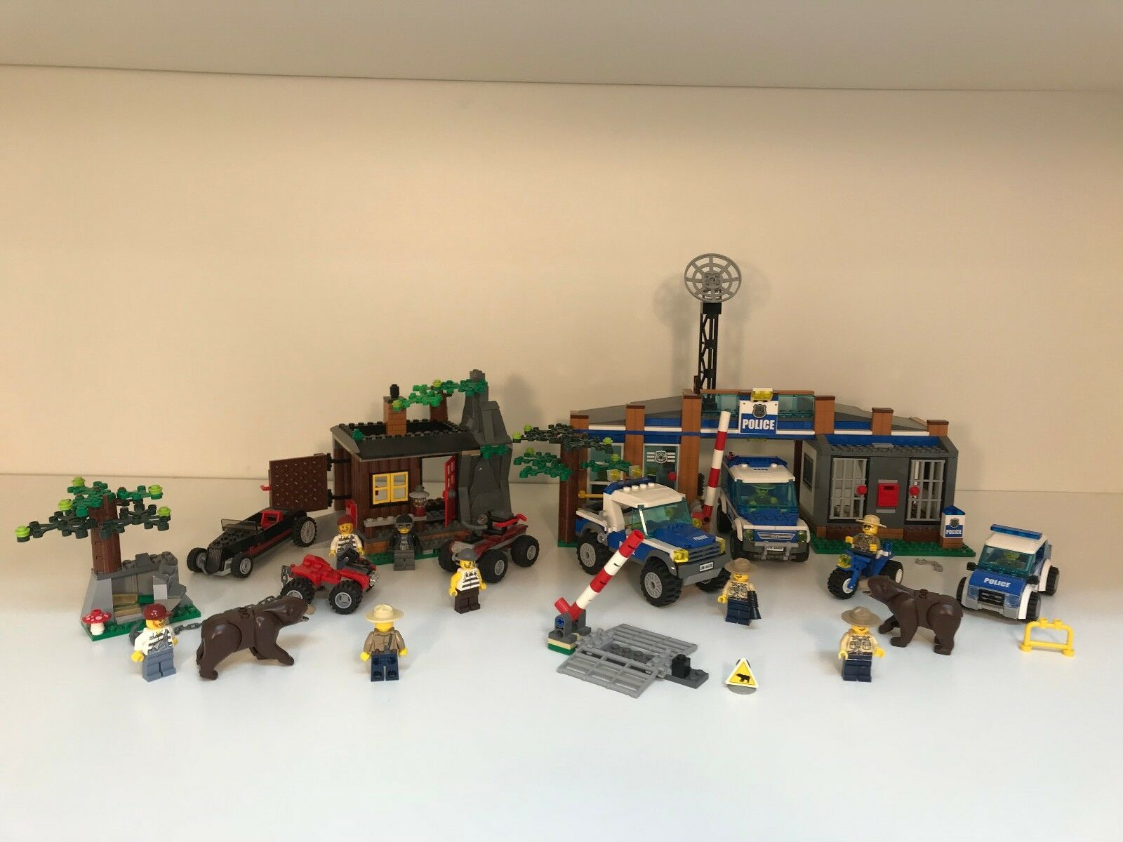 Forest Robbers Hideout 4438 Police Station 4440 Police Car 4436