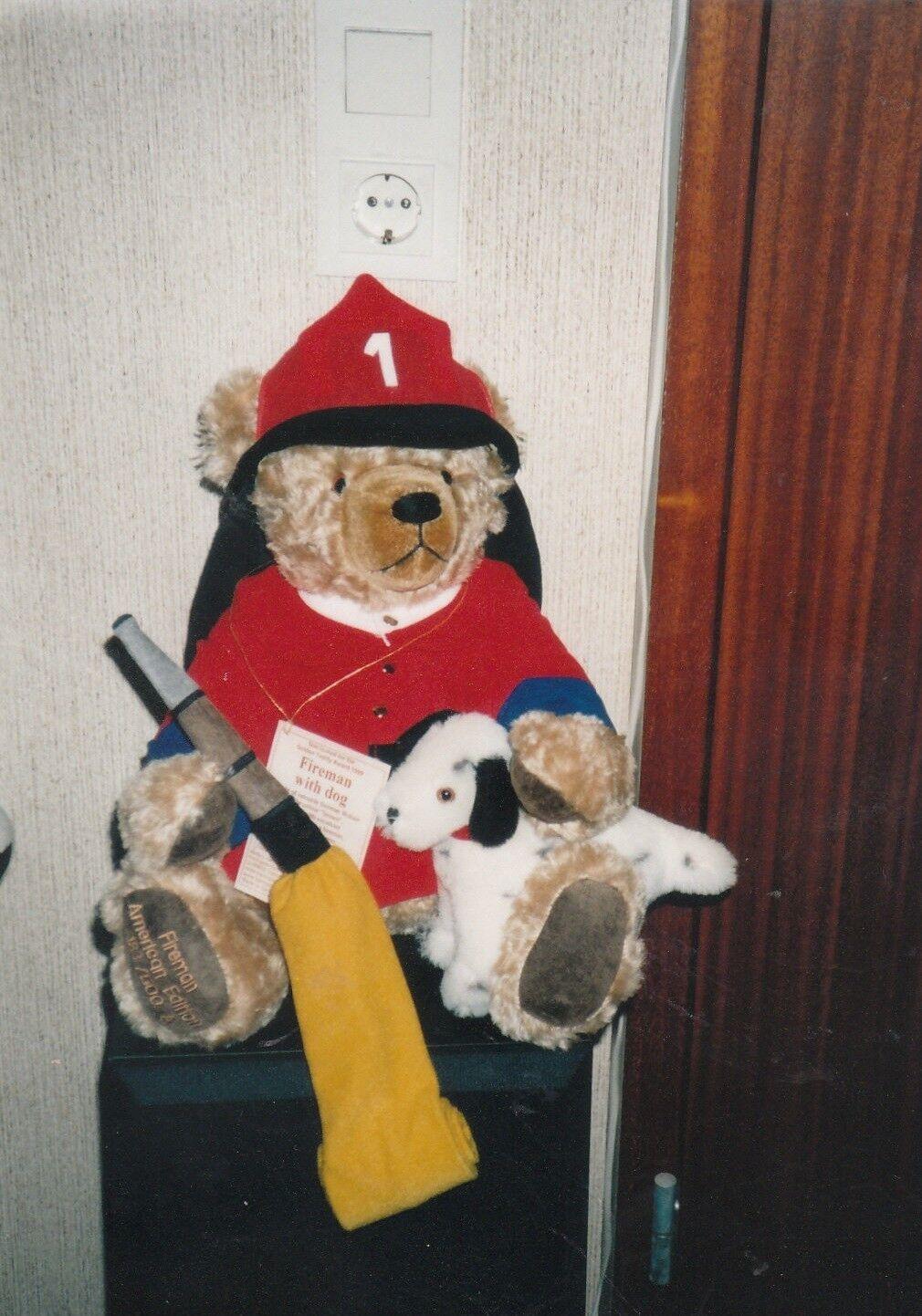 Feuerwehrmann Bär mit Hund von Herrmann Coburg aus 1999. Unbespielt