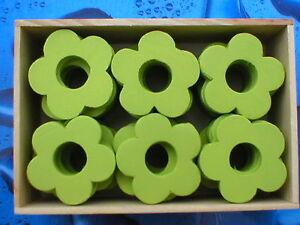 240-Stueck-Holzblumen-Holzblueten-Lochblumen-maigruen-4cm-in-5-Holzboxen