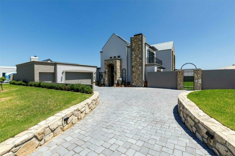 4 Bedroom house with study in prestigious Kingswood Golf Estate.