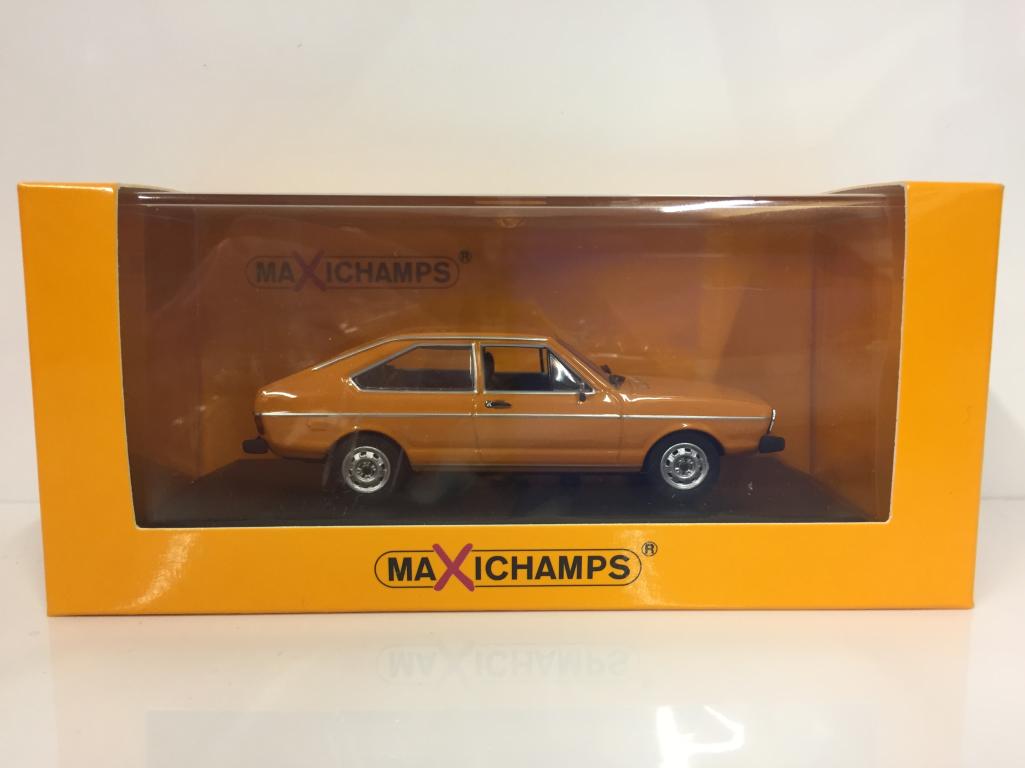 Célébrez Noël, accueillez le Nouvel An et vous le rend! Maxichamps 940054201 Volkswagen Passat 1975 Orange 1:43 Echelle | Pas Cher