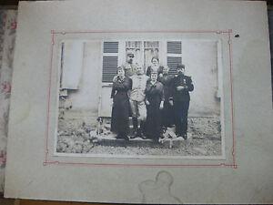 Photographie-ancienne-Famille-devant-sa-maison-avec-Militaires-vers-1900-1910